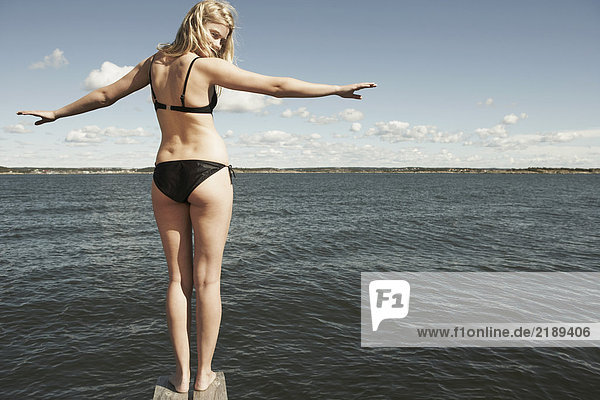 Junge Frau auf Sprungturm.