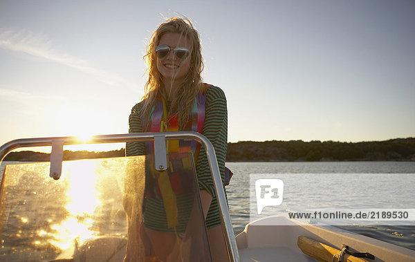 Junge Frau im Schnellboot.