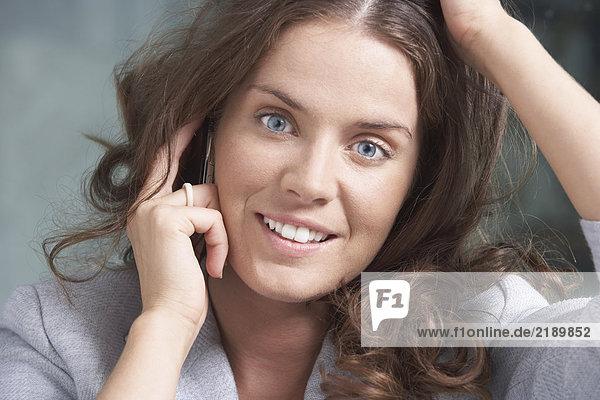 Close-Up-Porträt der Geschäftsfrau mit dem Handy.