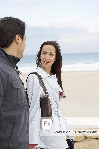 Junges Paar am Strand  Frau lächelt