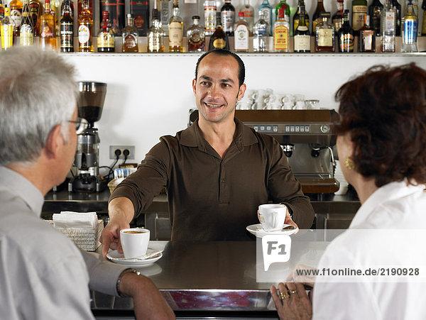 Geschäftsleute in einer Bar  die Kaffee trinken.