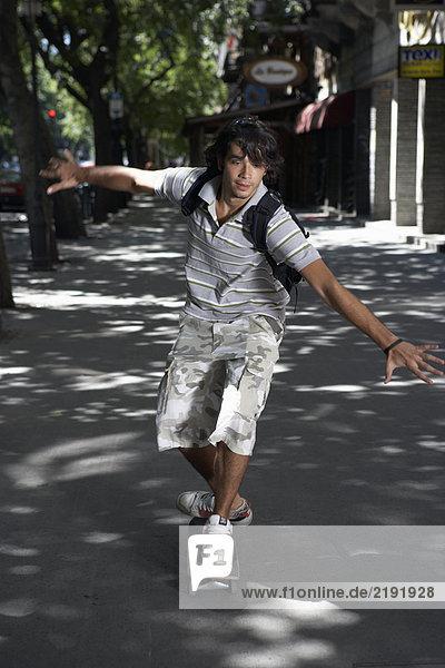 Junger Mann auf dem Skateboard.