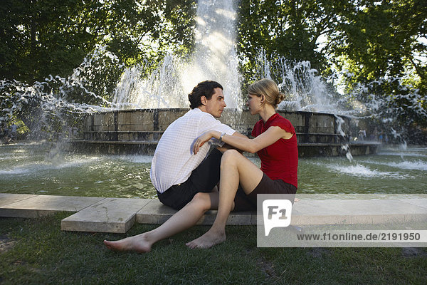 Ein Paar bei einem Brunnen.