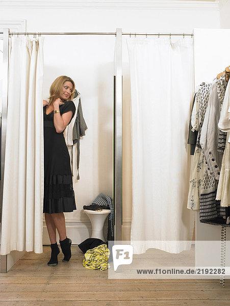 Junge Frau beim Anziehen in der Umkleidekabine
