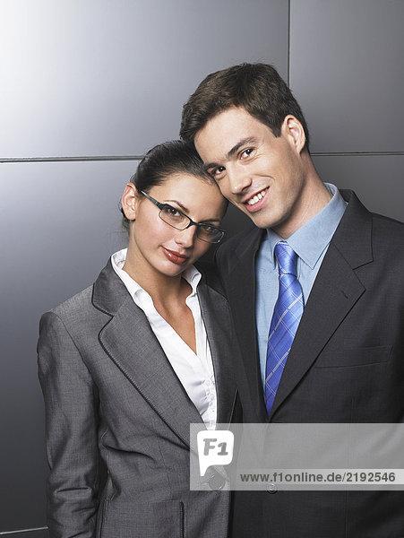 Geschäftsmann und Geschäftsfrau stehen zusammen