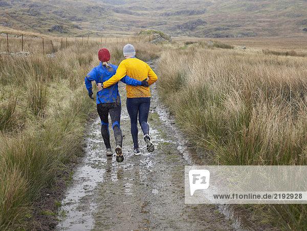 Paar läuft.