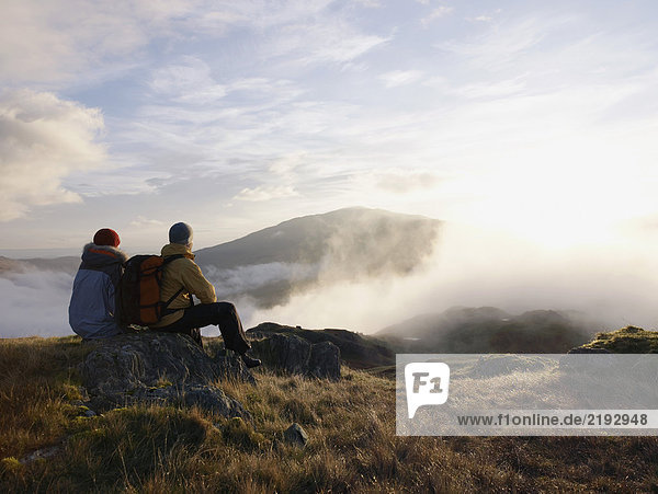 Paar in der Berglandschaft.