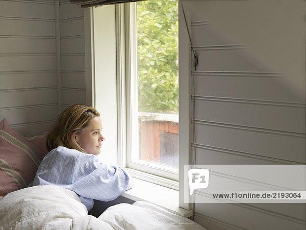 Geschäftsfrau im Bett zu Hause