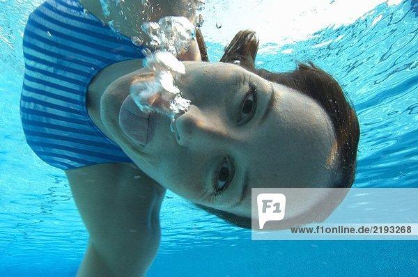 Schwimmerin zieht Gesicht  Portrait  Unterwasseransicht