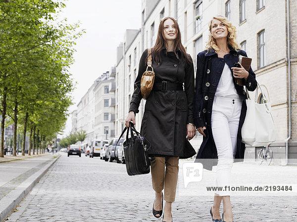 Zwei Frauen  die im Freien spazieren gehen