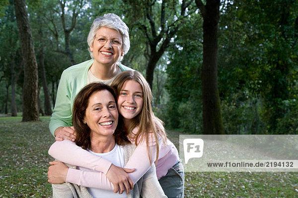 3 Generationen,40 45 Jahre,Alte Leute,Aussen,Blick in die Kamera