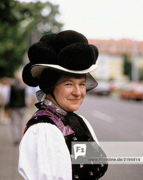 Deutschland  Gutach (Schwarzwaldbahn)  Gutach (Fluss)  Gutachtal  Schwarzwald  Baden-Württemberg  ältere Frau in Bollenhut Trachten  Kleidung  Kleidung  Hut  Kopfbedeckungen