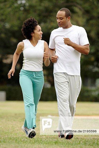 Paar Joggen im park