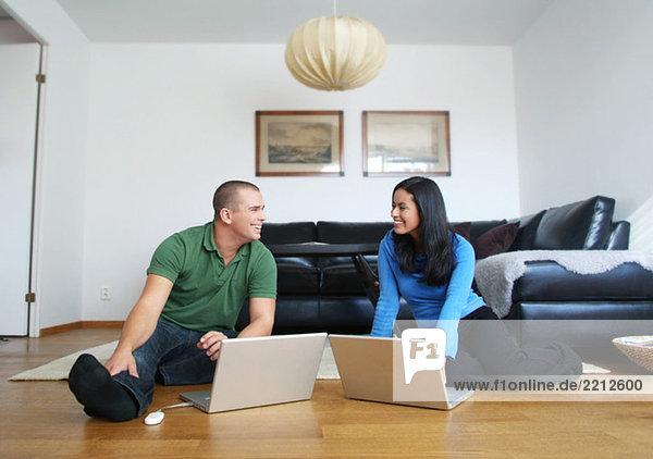 Mann und Frau am Computer