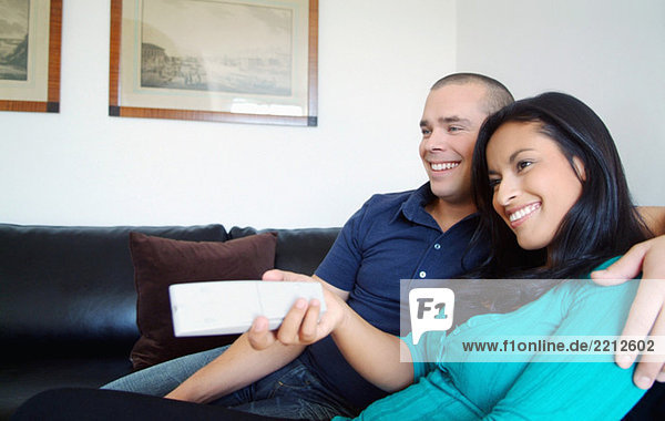 Frau und Mann auf der Couch