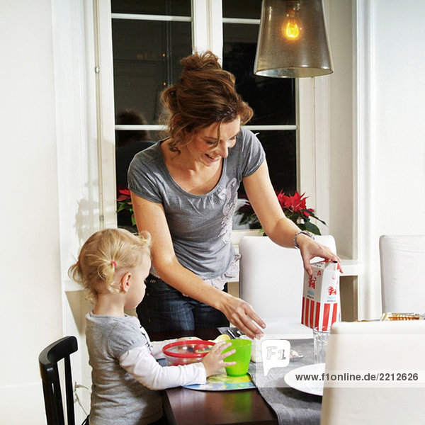 Mutter und Tochter bei der Zubereitung des Abendessens