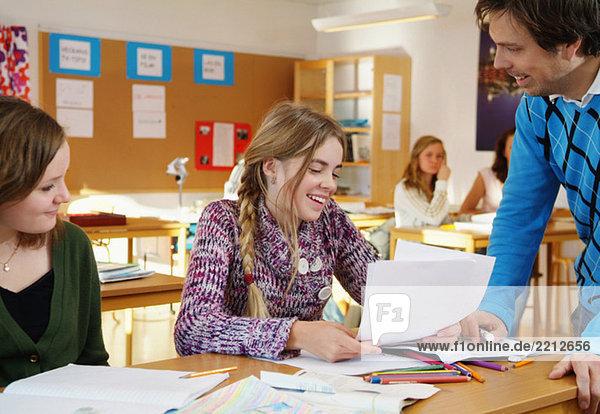 Lehrer hilft Schülern