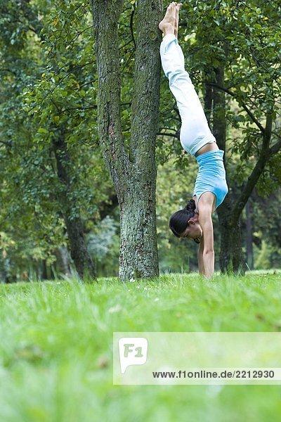 Junge Frau im Park Ausübung