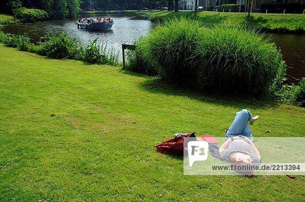 Sommer bei den Hortus Botanicus  am Ufer des Witte Singel-Kanal  Leiden  Niederlande.