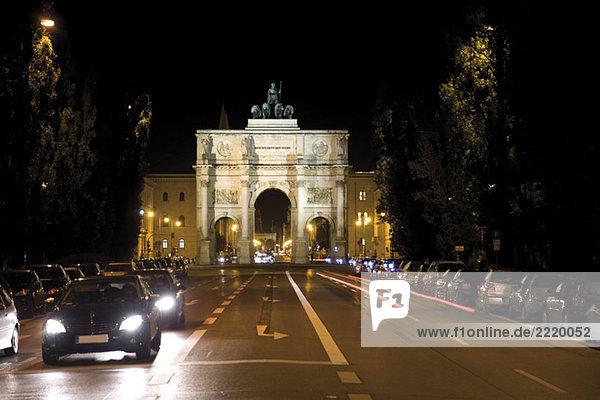 Siegestor in München bei Nacht  Bayern  Deutschland