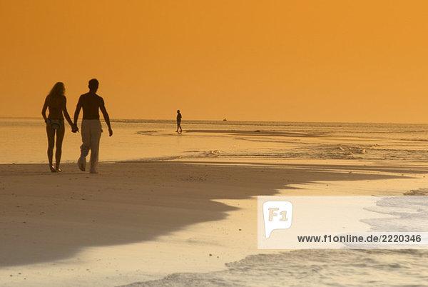 Paar am Strand  Silhouette bei Sonnenuntergang  Malediven