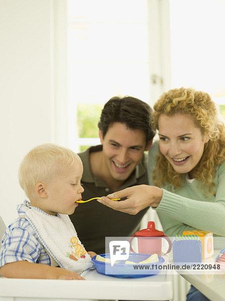 Junge Familie  Mutter füttert Junge (12-24 Monate)