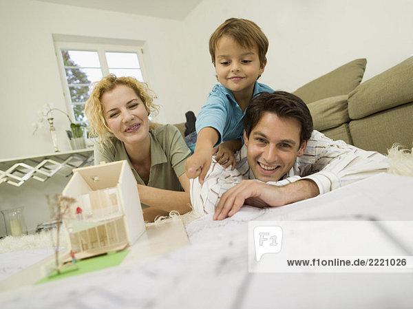Junge Familie im Wohnzimmer  lächelnd