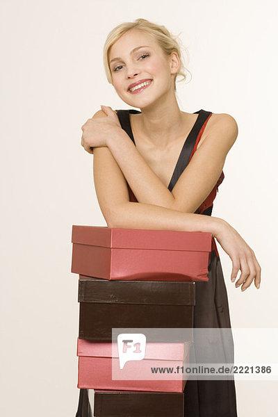 Blonde Frau mit Schuhkarton  Portrait