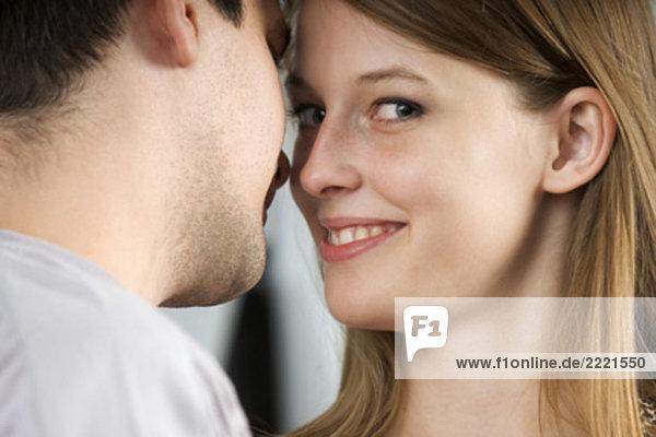 Portrait einer jungen Frau looking forward Mann küssen