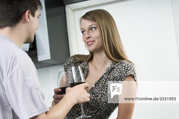 junge Frau Glas Wein und Neigungen zu den Mann