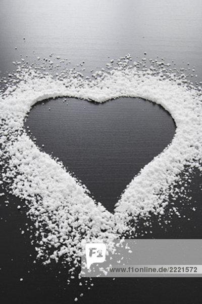 Stillleben mit Form des Herzens gemacht von Puderzucker