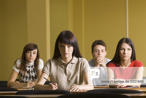 Portrait von vier Studenten sitzen in School seminar