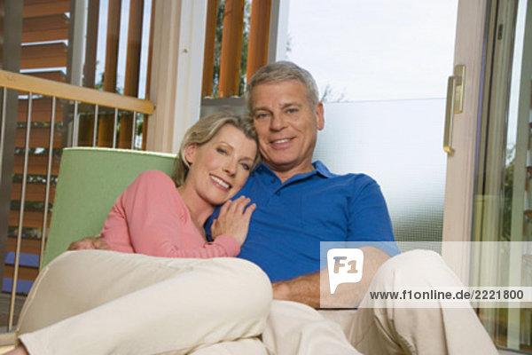 sitzend  Interior  zu Hause  Portrait  Couch  reifer Erwachsene  reife Erwachsene
