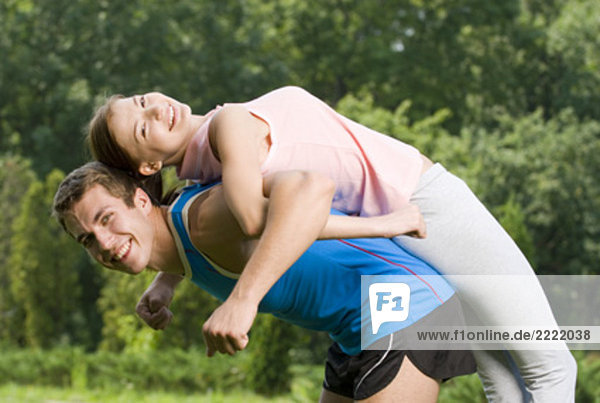 Porträt jungen Paares Fitness Übungen zusammen