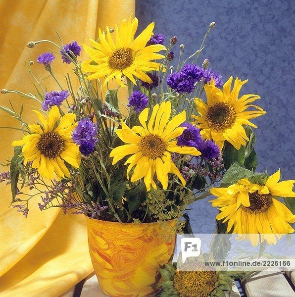 Strauß mit Sonnenblumen und Kornblumen