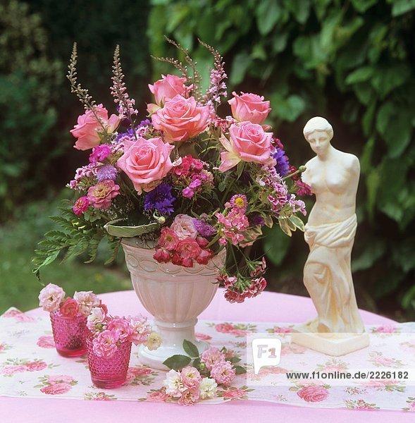 Strauß mit Rosen  Bartnelken und Kornblumen