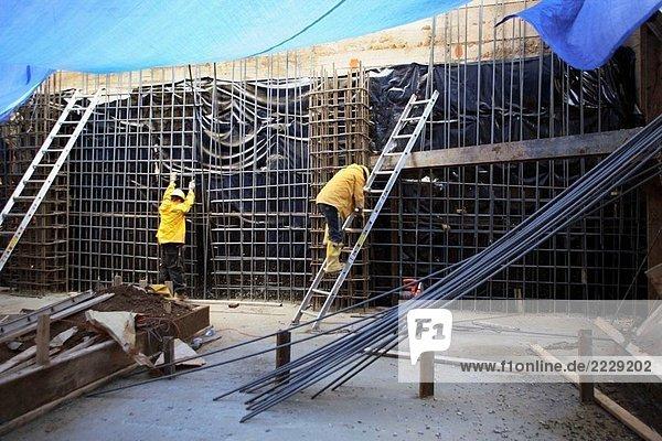Bauarbeiter arbeiten an Stahl Infoleiste Wänden