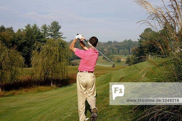 Pennsylvania Pocono Mountains  Hawley  The Country Club Woodloch Springs  Golfplatz  männlichen Golfspieler  Eisen  Schaukel.