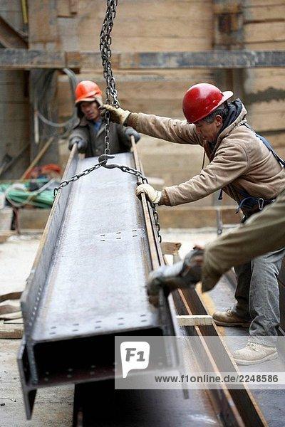 Stahl Eisen Bauarbeiter hochziehen Stahl