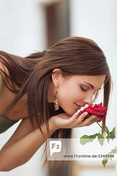 Young Woman smelling eine Blume