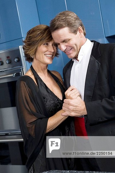 Paar in Küche immer bereit für eine formelle Nacht.