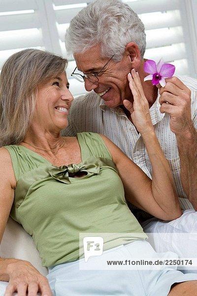 Senior Redoxpaares romantisch mit Blume