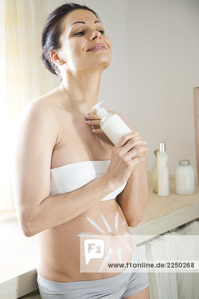 Schwangere Frau Aufrahmen ihr Bauch
