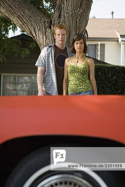 Paar Standing hinter Auto