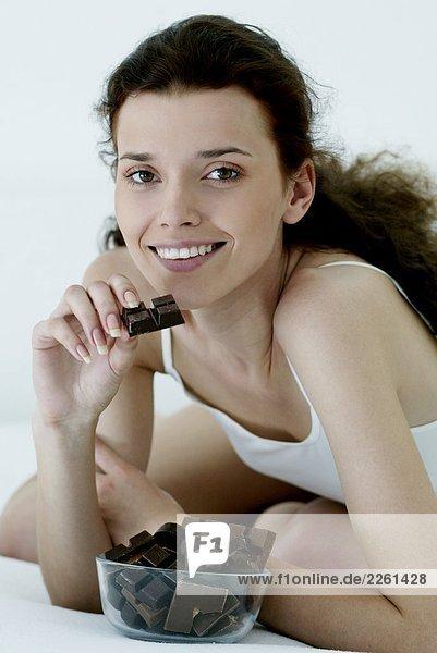 Frau essen Schokolade