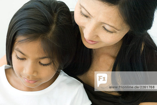 Mutter und Tochter schauen zusammen hinunter  Nahaufnahme