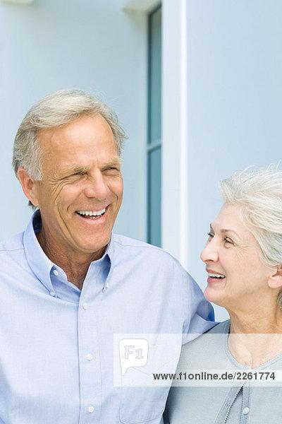 Erwachsenes Paar lächelt zusammen  Nahaufnahme
