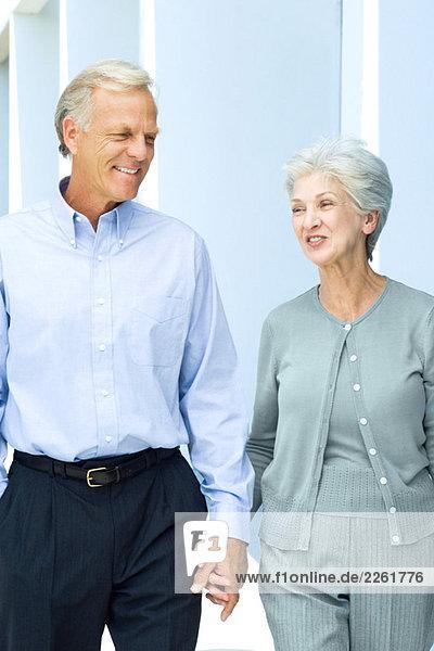Reife Paare  die zusammen gehen  Händchen halten  Nahaufnahme