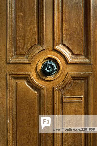 Holztür mit verziertem Knopf  Ausschnitt