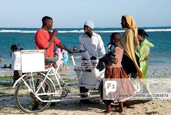 Icecream Hawker  Coco Beach  Dar Es Salaam  Tansania.